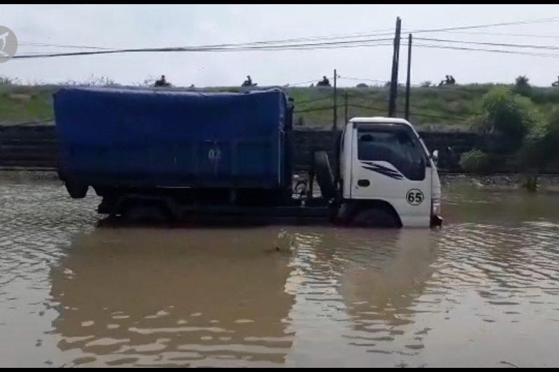 Jalan Raya Porong Sidoarjo ditutup akibat banjir