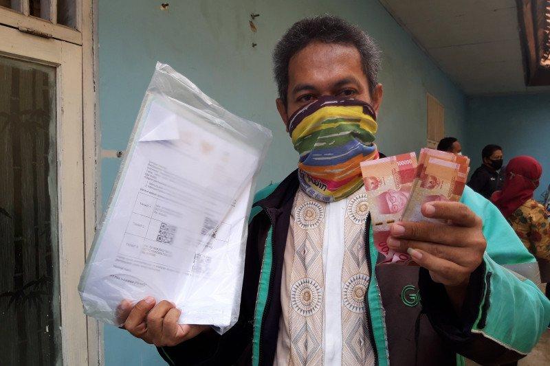 Petugas antarkan langsung bansos sembako ke penerima di Jakarta