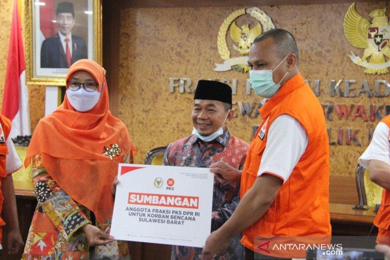 FPKS serahkan bantuan bagi korban bencana hasil potong gaji legislatif