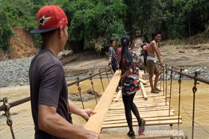 Relawan perbaiki jembatan rusak dan buka kelas di Hulu Sungai Tengah