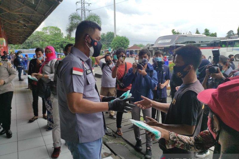 Polda Metro bagikan ribuan masker di Terminal Bus Kampung Rambutan