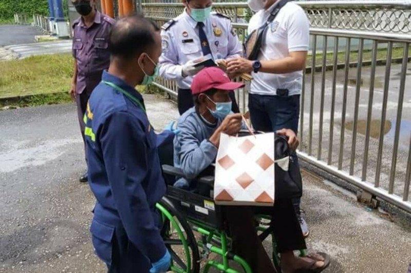 KJRI Kuching bantu pemulangan seorang warga Sambas karena sakit