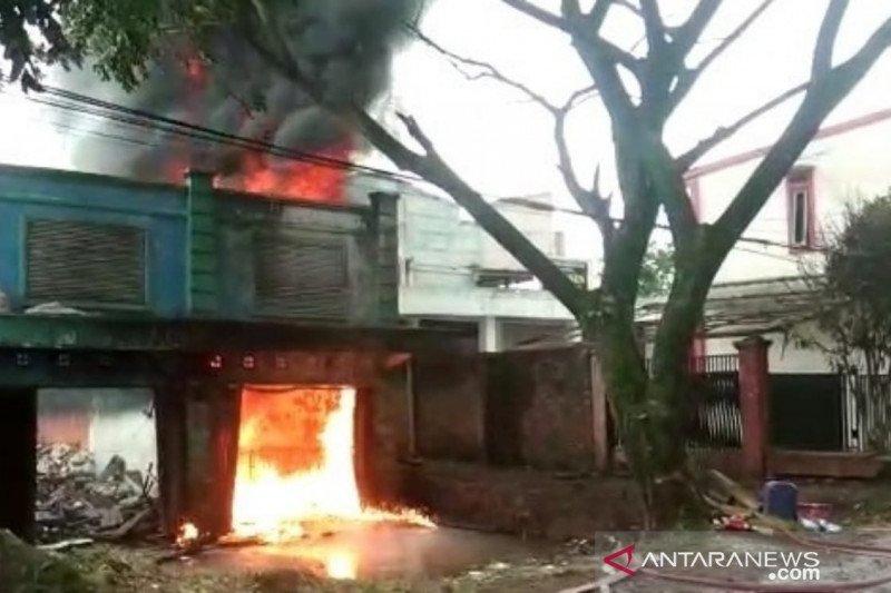 Polisi diminta usut keberadaan puluhan drum BBM terbakar di Cianjur