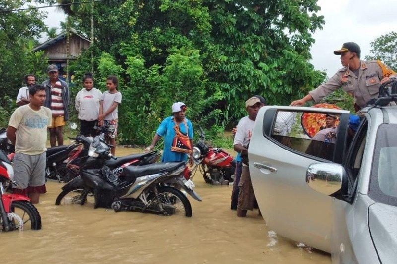 Tim SAR bantu evakuasi warga korban banjir di Keerom
