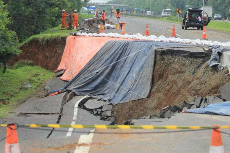 Pekerjaan jalan darurat di Tol Cipali KM 122 dimulai
