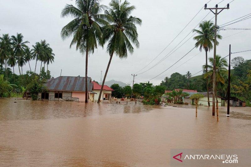 Banjir 1 meter, akses jalan desa di Tomilito-Gorontalo Utara tertutup