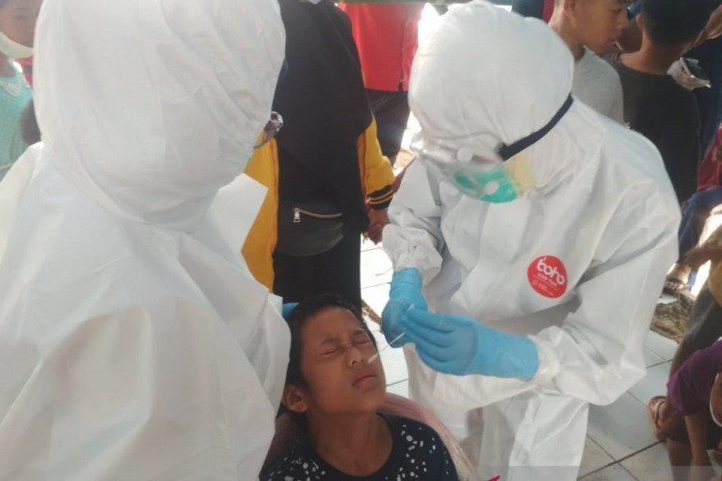 Anak di pengungsian terpadu PMI Mamuju jalani pemeriksaan COVID-19