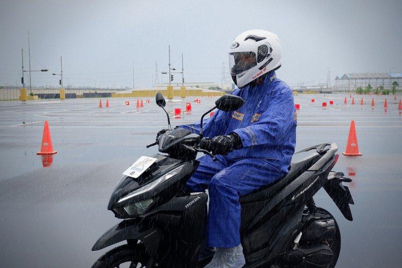 Tips riding yang aman musim hujan
