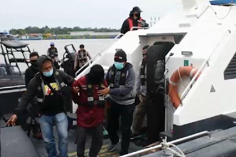Penangkapan terduga teroris menggunakan kapal Polairud Polda Kalbar