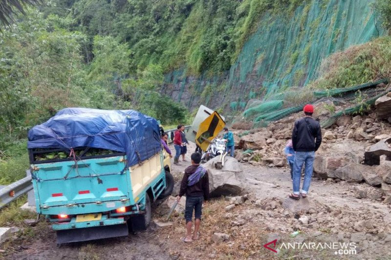 Bagian jalan penghubung Cianjur dengan Bandung terdampak longsor