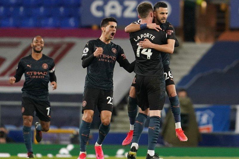Manchester City menaklukkan Everton dengan skor 3-1