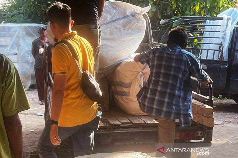 Polresta Jambi amankan 20 bal pakaian bekas impor ilegal
