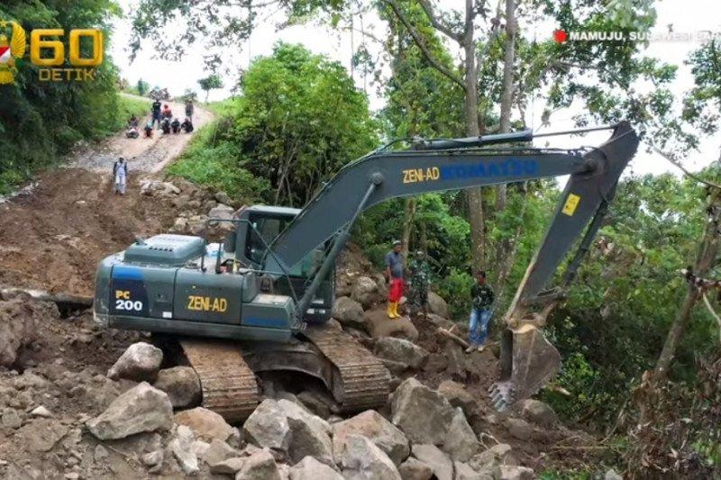 Zeni TNI AD bersihkan akses jalan terdampak longsor Majene