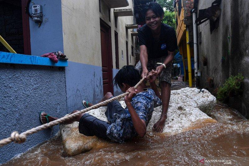 Kemarin, dampak banjir hingga vaksin untuk lansia