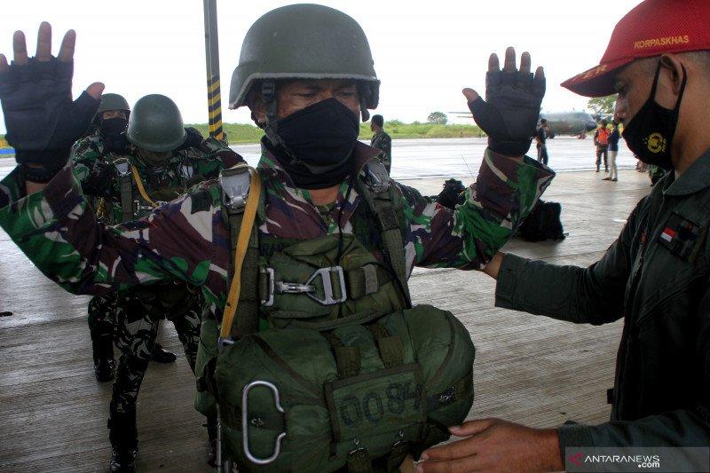 Paskhas TNI AU Lanud El Tari berlatih terjun payung