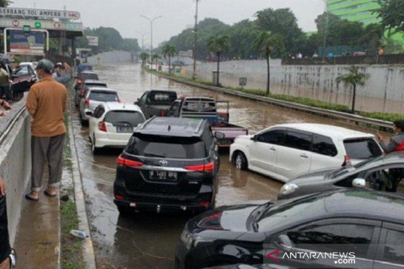 Banjir Jakarta tutup akses kendaraan di Tol TB Simatupang