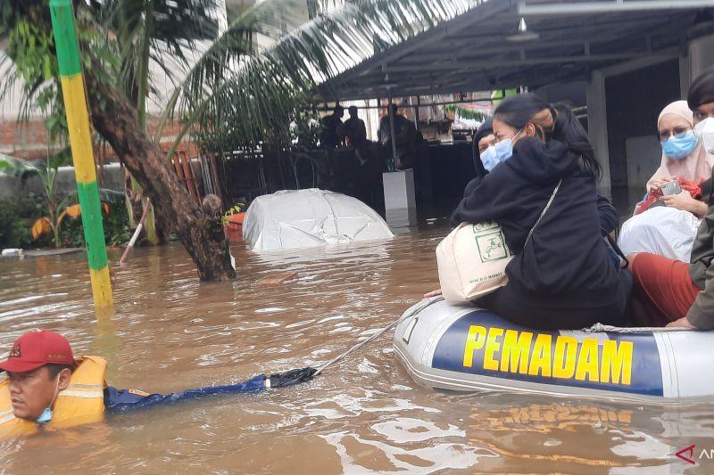 Penghuni indekos di Pondok Jaya X diungsikan akibat banjir 1,5 meter