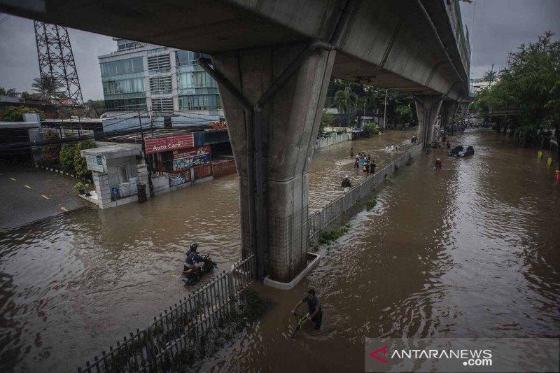70 petugas SDA Jakpus dikerahkan atasi banjir di Jalan Benhil Raya