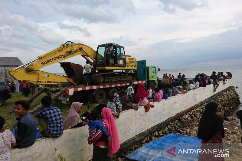 Gas metan di perut paus yang mati di Madura dibuang sebelum dikubur