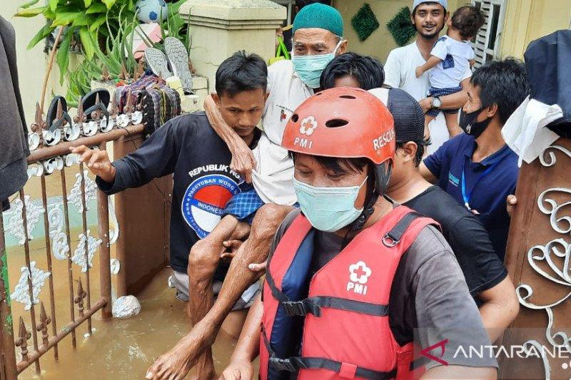 PMI evakuasi lansia hingga warga terluka akibat banjir