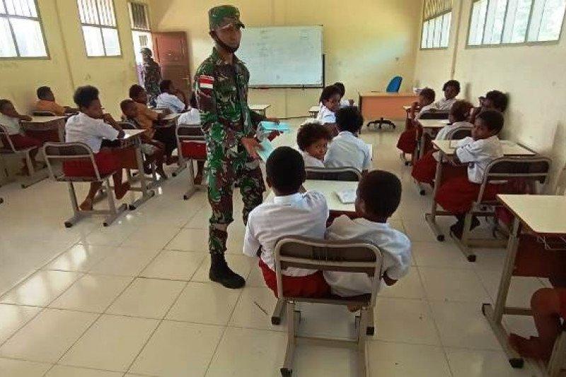 Satgas TNI mengajar siswa SD YPPK Pusinara Amungun Mimika