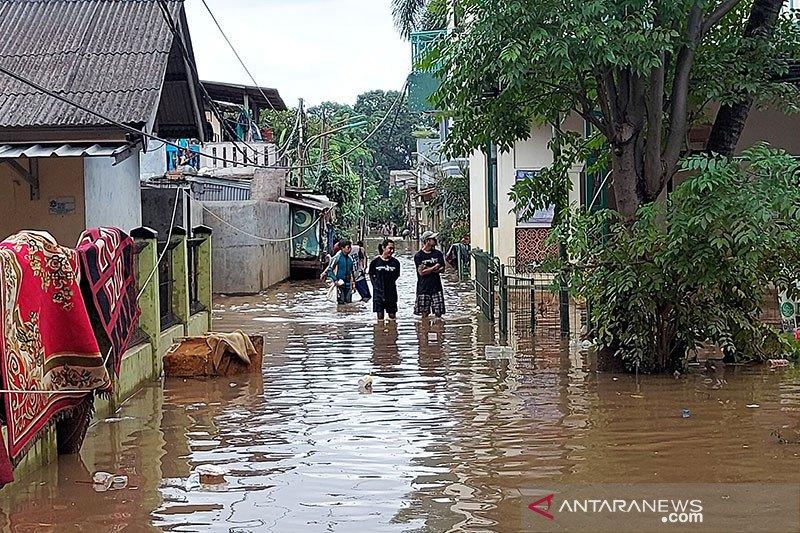 Minggu sore, sebagian rumah di Cipinang Melayu masih tergenang