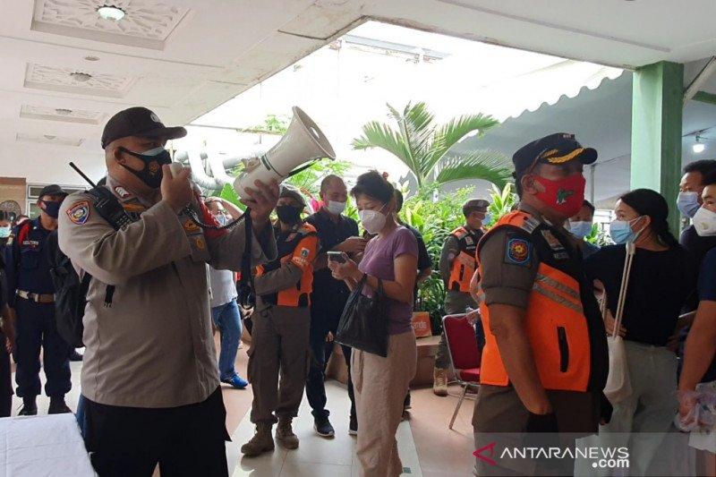 Terjadi kerumunan, vaksinasi pedagang Pasar Tanah Abang dihentikan