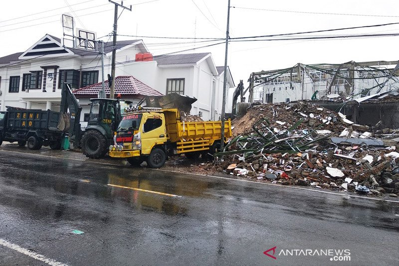 PU Sulbar-TNI bersihkan reruntuhan bangunan dampak gempa di 116 titik