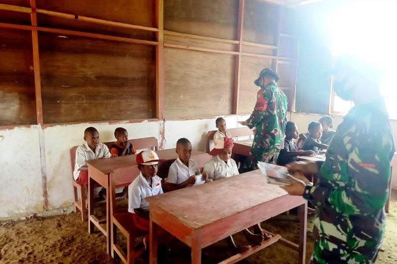 Satgas TNI bantu mengajar siswa SD di perbatasan RI-PNG