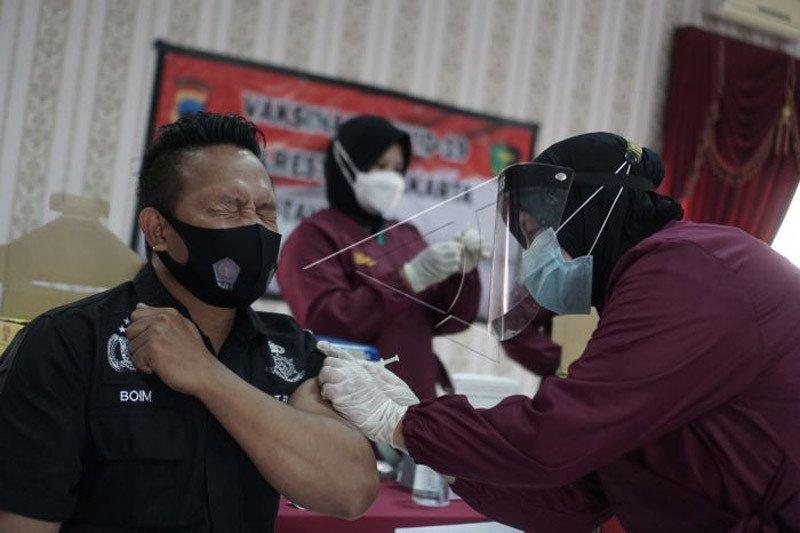 Vaksninasi COVID-19 bagi anggota polisi