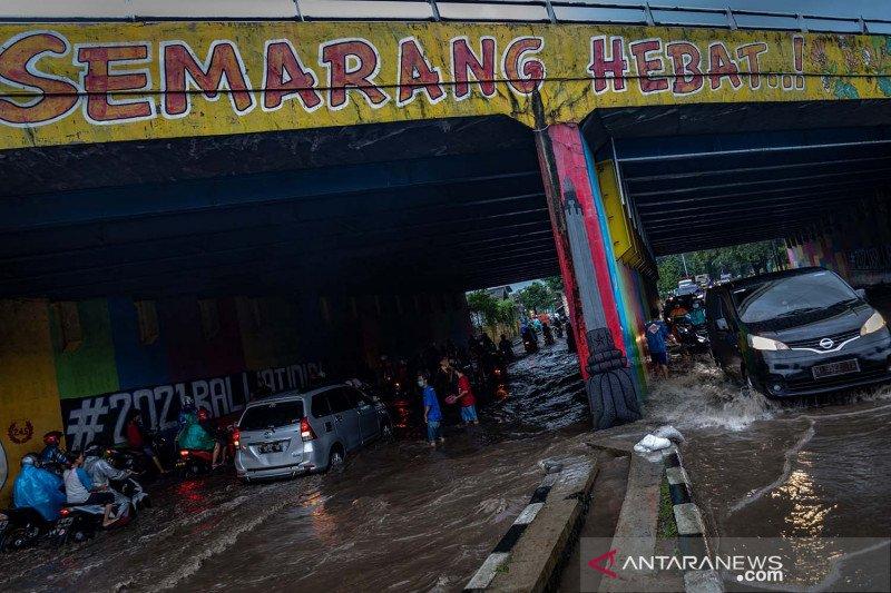 Banjir merendam terowongan Semarang Hebat
