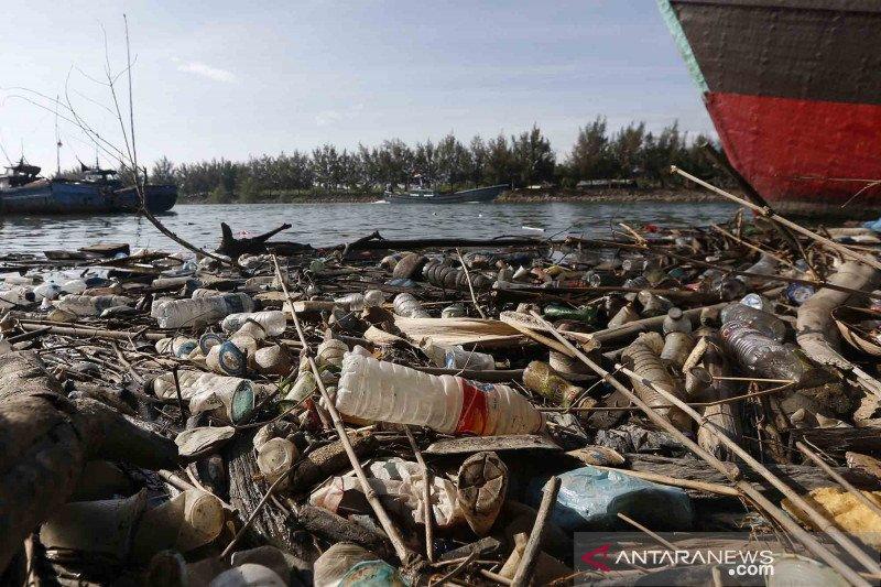 Ratusan juta ton sampah plastik mencemari perairan dunia