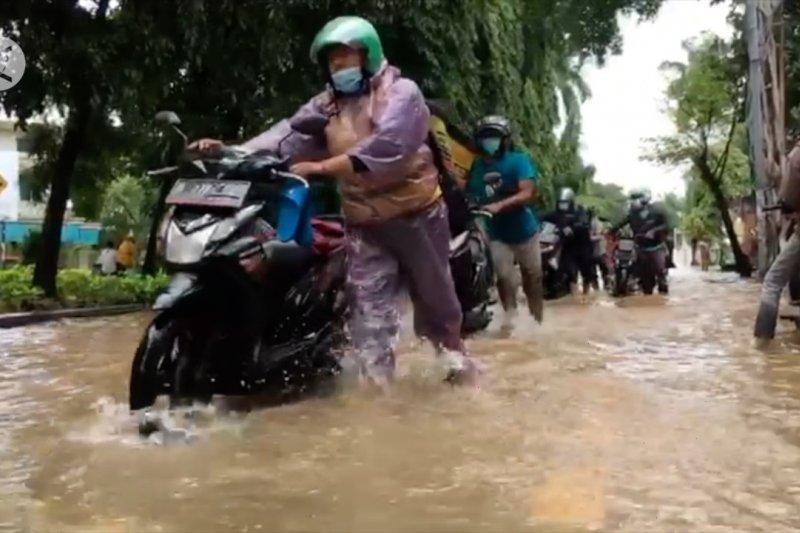 Cari untung di tengah genangan banjir