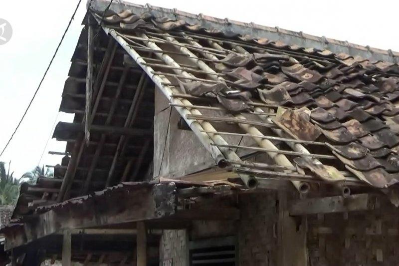 Puluhan rumah di Pandeglang rusak diterjang puting beliung