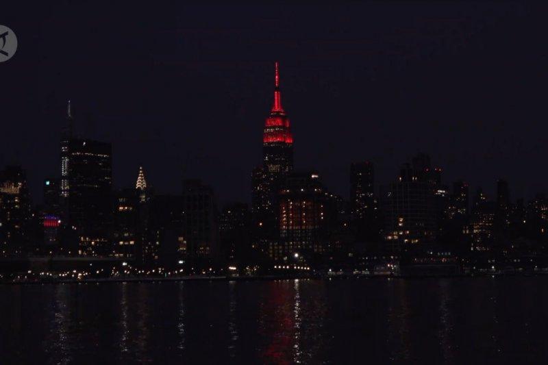 Rayakan Imlek, sederet bangunan terkenal di New York pancarkan cahaya merah