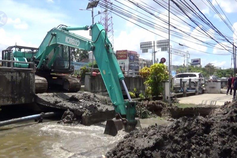 Pemkot Banjarmasin bongkar bangunan yang menutupi aliran sungai