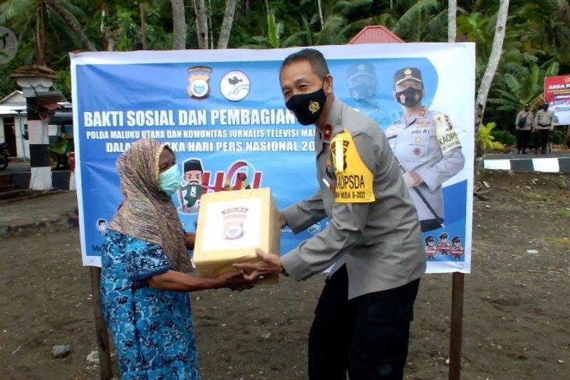 Polda dan Komunitas Jurnalis Televisi Malut salurkan bansos di Pulau Maitara