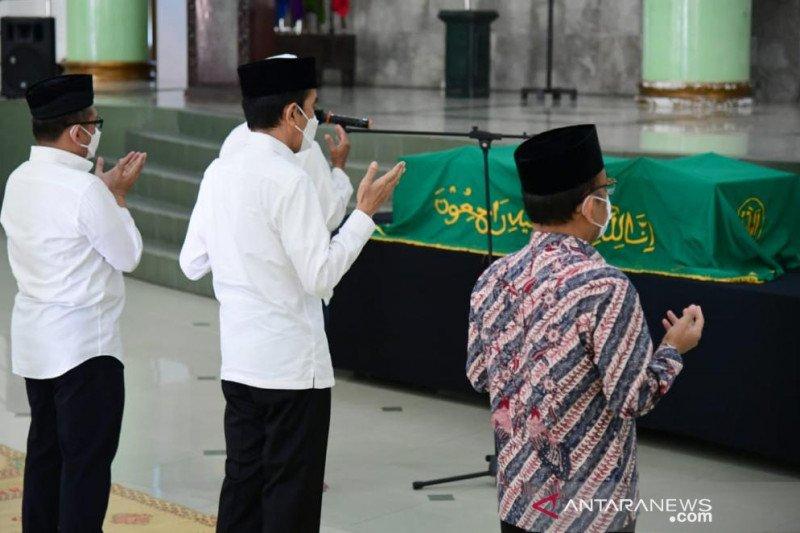 Presiden Joko Widodo bertakziah ke Mendiang Artidjo Alkostar