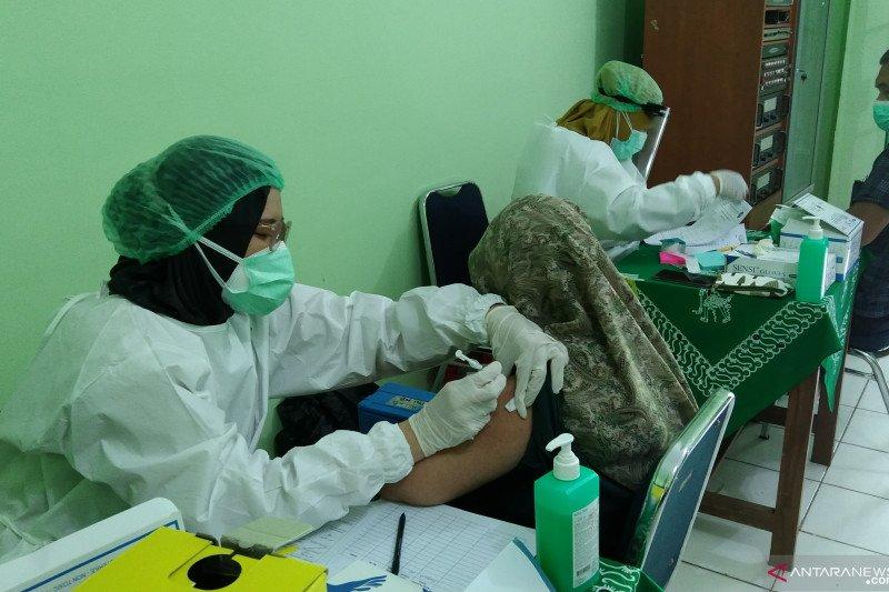 Lansia di Mampang Prapatan jalani vaksinasi COVID-19