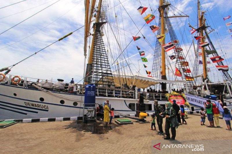 KRI Dewaruci Sandar Di Pelabuhan Cirebon