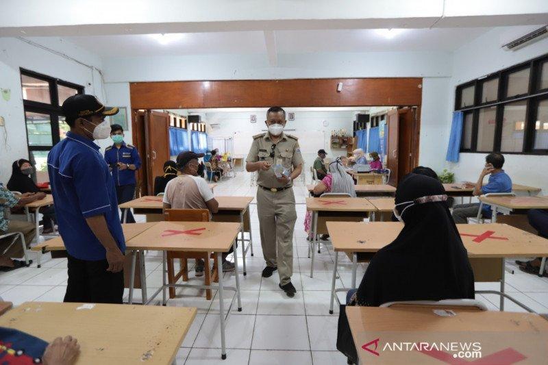 180 lansia vaksin COVID-19 di SMAN 41 Jakarta