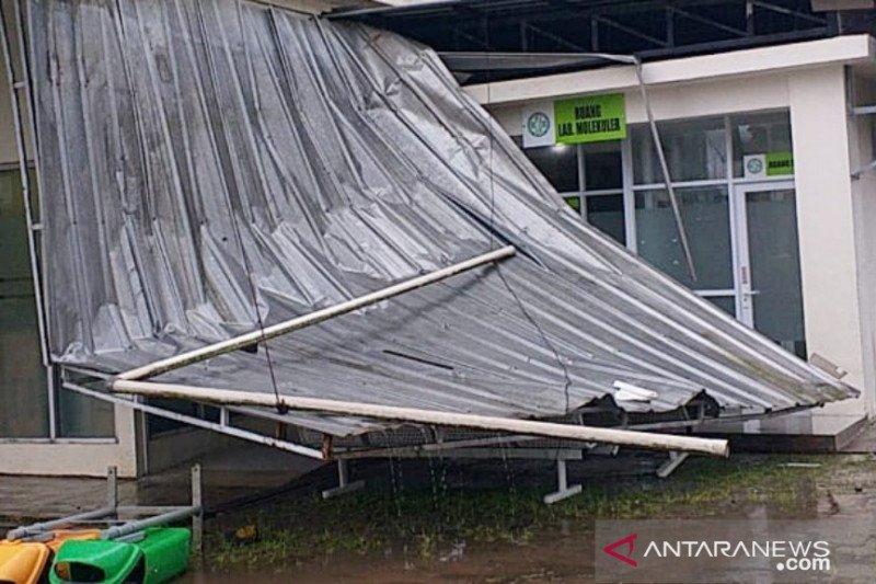 Ambruk kena hujan es, RSUD Leuwiliang Bogor tetap beroperasi