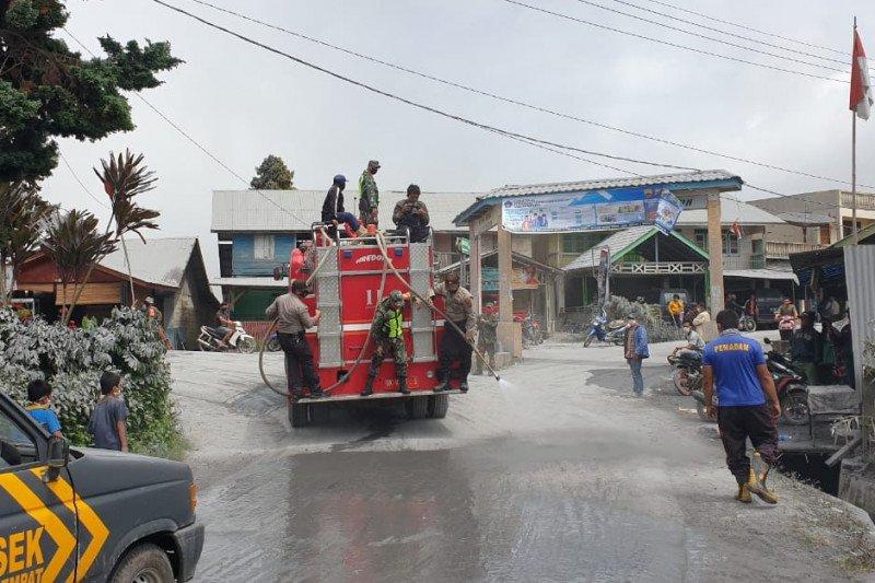 Petugas bersihkan desa dari abu vulkanik Gunung Sinabung
