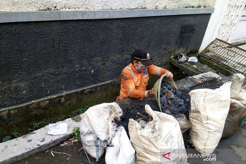 Dinas SDA-PPSU Cilandak bersihkan saluran air antisipasi banjir