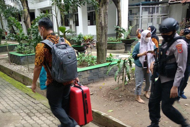 KPK bawa tiga koper dari Kantor Gubernur Sulsel