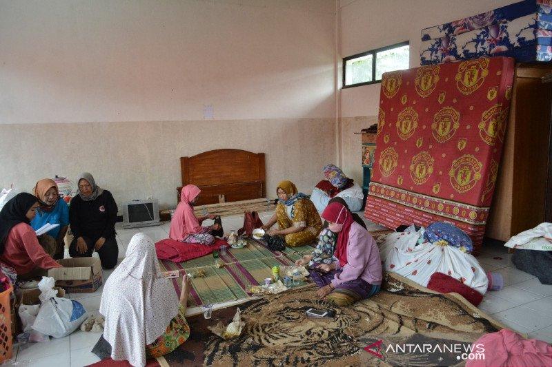 Warga terdampak longsor di Cilawu Garut mengungsi secara mandiri