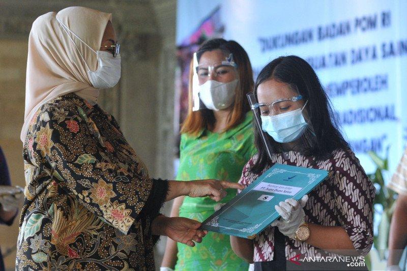 Badan POM serahkan NIE dan Sertifikat kepada pelaku UMKM di Bali