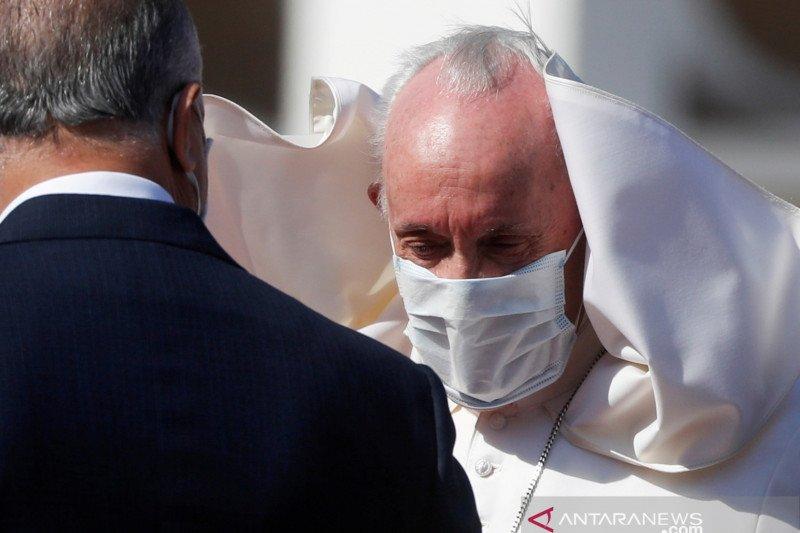 Paus kunjungi tunawisma yang mendapat vaksin COVID-19 di Vatikan