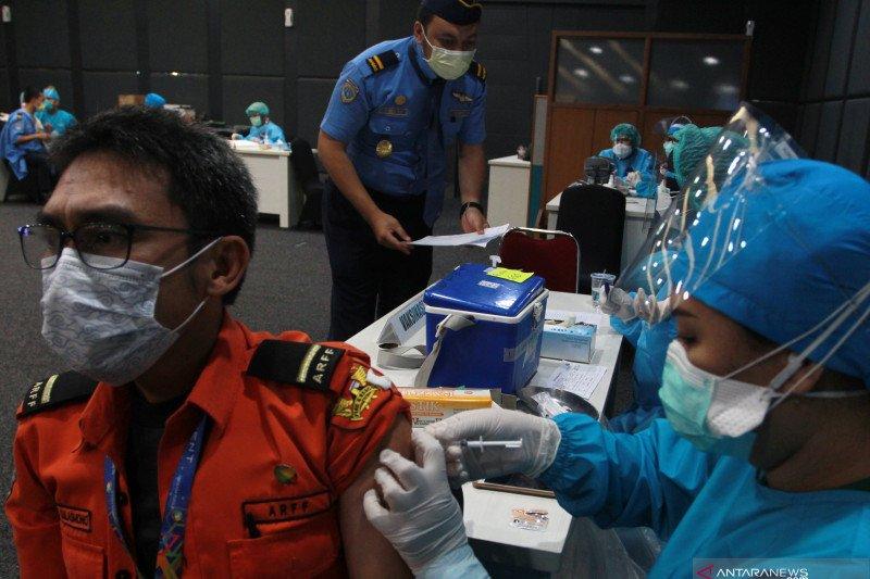 Vaksinasi COVID-19 bagi pekerja di Bandara Soekarno Hatta