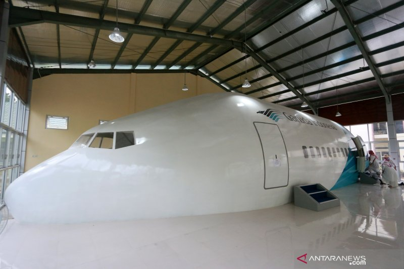 Di Asrama Haji Gorontalo ada replika pesawat Garuda